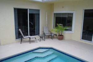 wenige-meter-vom-pool-ins-master-schlafzimmer